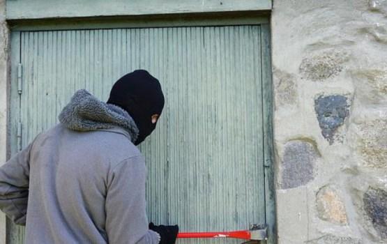 В Екабпилсе вооруженный преступник в маске напал на магазин
