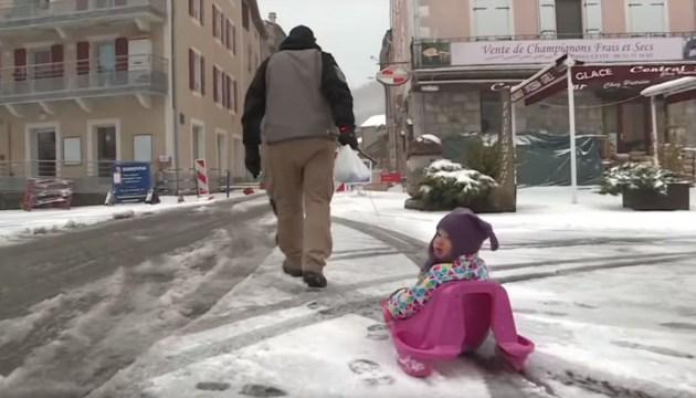 На Европу обрушились снегопады, ливни и сильный шторм (ВИДЕО)