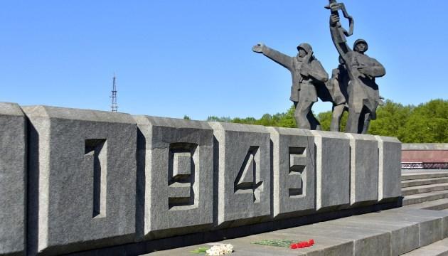 В пикете в защиту памятника воинам-освободителям Риги приняли участие около 40 человек