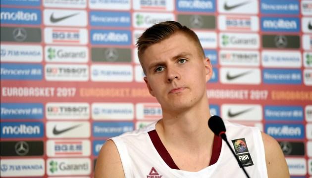 Баскетболисту Порзиньгису дали в бровь
