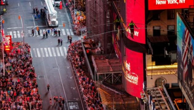Рекордсмен Гиннесса прошел по канату между небоскребами в Нью-Йорке