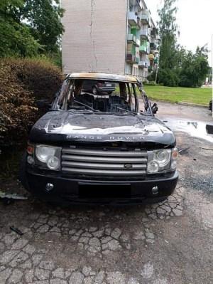 На улице Стадиона пожарные ночью тушили автомобиль