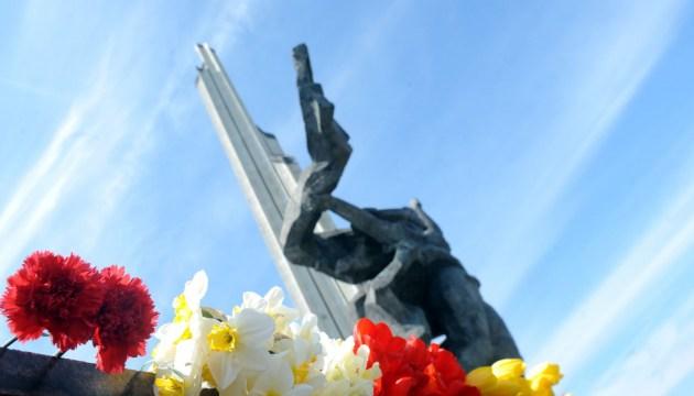 Акт вандализма у памятника Освободителям в Риге: «художнику» предлагают вручить Орден Трех Звезд