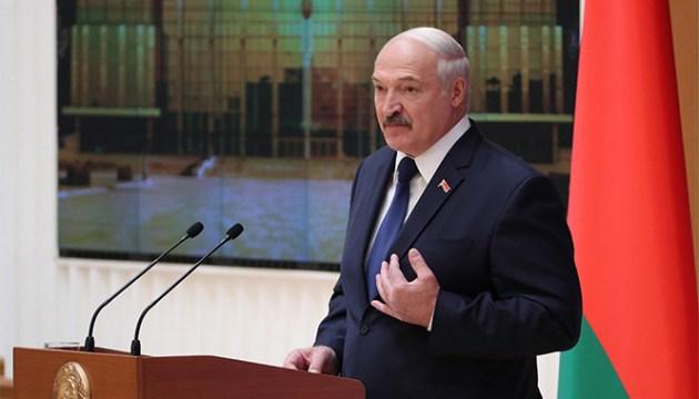 Лукашенко заявил, что никогда не сдаст Беларусь России
