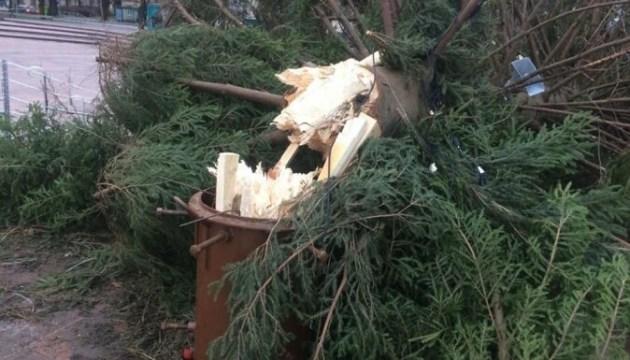 Разрушения по всей Латвии и сломанная елка в Вентспилсе