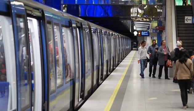 Опасные развлечения: в Мюнхене задержали мужчину, лизавшего поверхности в метро (ВИДЕО)