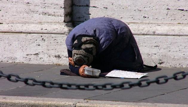 Законопроект: в Латвии людей с низкими доходами могут освободить от долгов
