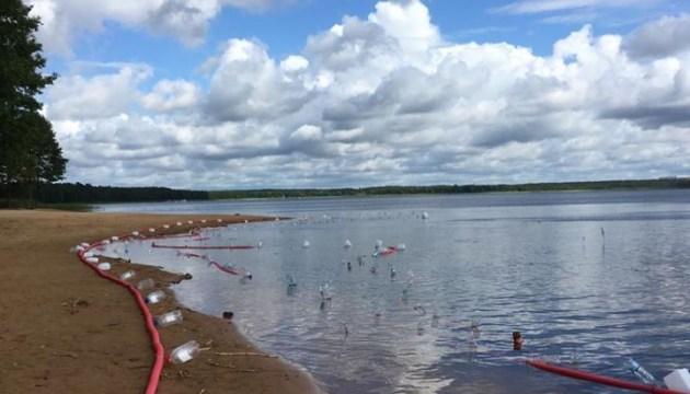 Фотофакт: установка фонтана в озере Большие Стропы продолжается