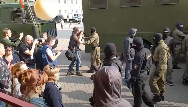 В Минске неопознанные силовики жестко задержали участниц женского марша (ВИДЕО)