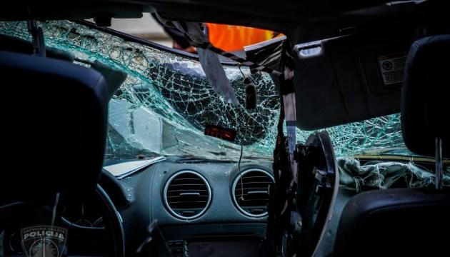В Риге перевернулся и загорелся автомобиль, водитель погиб