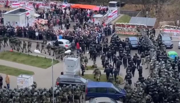В Минске протестующих разгоняли светошумовыми гранатами