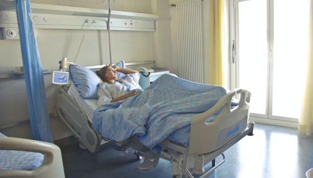 О взаимосвязи между тестом на Covid-19 и поступлением в больницу