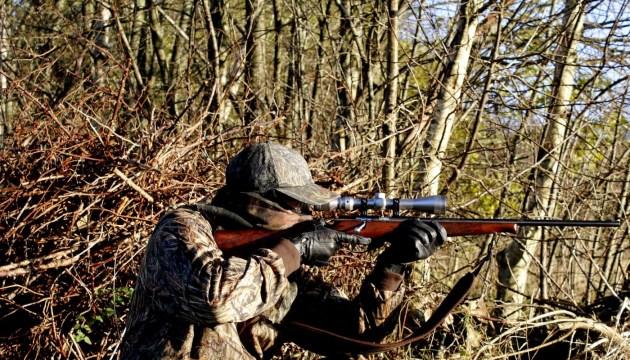 Трагический несчастный случай на охоте: в Вилякском крае смертельно ранили охотника