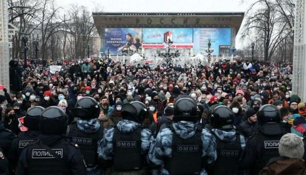 По России прокатились протесты в поддержку Навального, бросая вызов Путину