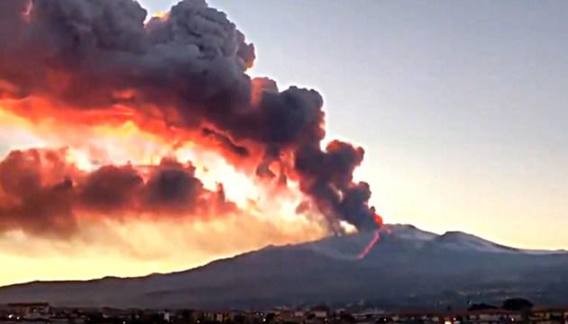 На Сицилии началось извержение Этны (ВИДЕО)