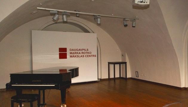 Центр Ротко закупает новый рояль