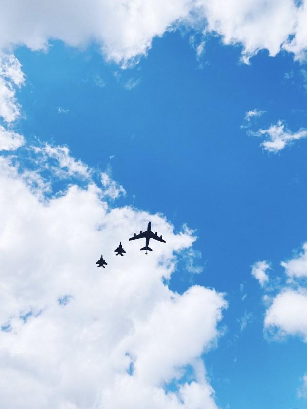 «Красиво, но очень страшно»: горожане комментируют полет самолетов над Даугавпилсом (+ОПРОС)