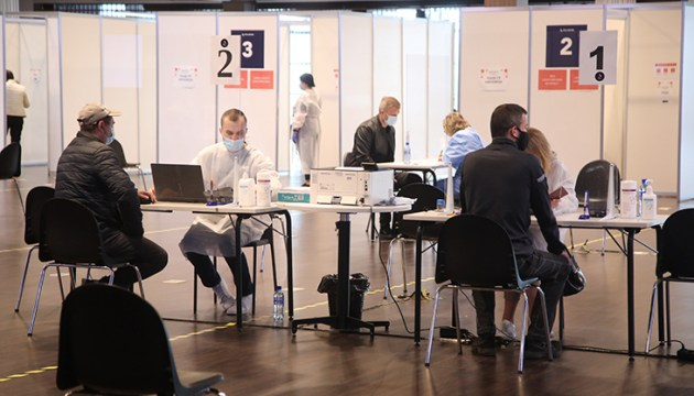 Уже четвертую неделю подряд в Латвии прививки от Covid-19 получают около 100 000 жителей