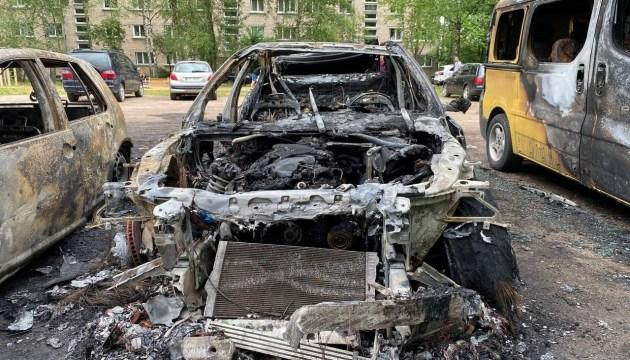 Ночью на Химии сгорело 3 машины и микроавтобус
