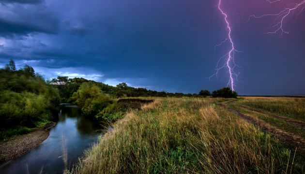 Вчера из-за грозы на востоке Латвии без электричества остались тысячи домохозяйств