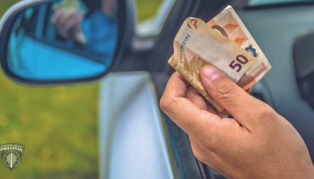 Вымогательство и получение взятки от автоводителя: будут судить полицейского