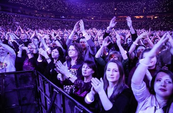 Непривитым жителям Латвии советуют вернуть билеты на мероприятия (ДОПОЛНЕНО)