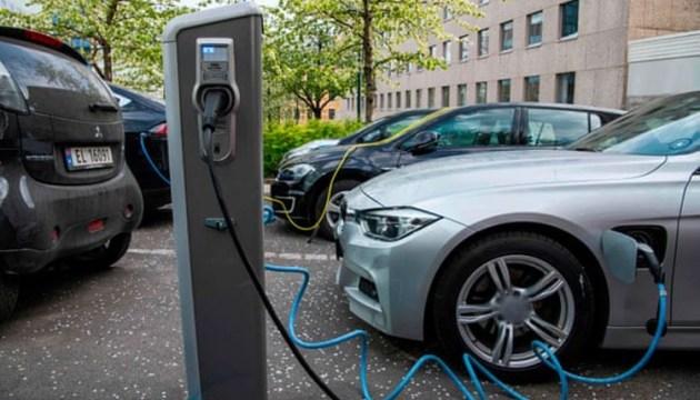Латвийцы скупают Toyota, любители электромашин ждут поддержку от государства