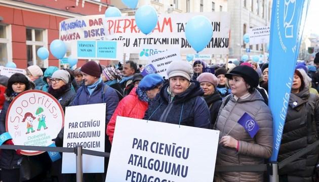 Правительство концептуально договорилось повысить зарплаты педагогов, медиков, работников МВД и культуры